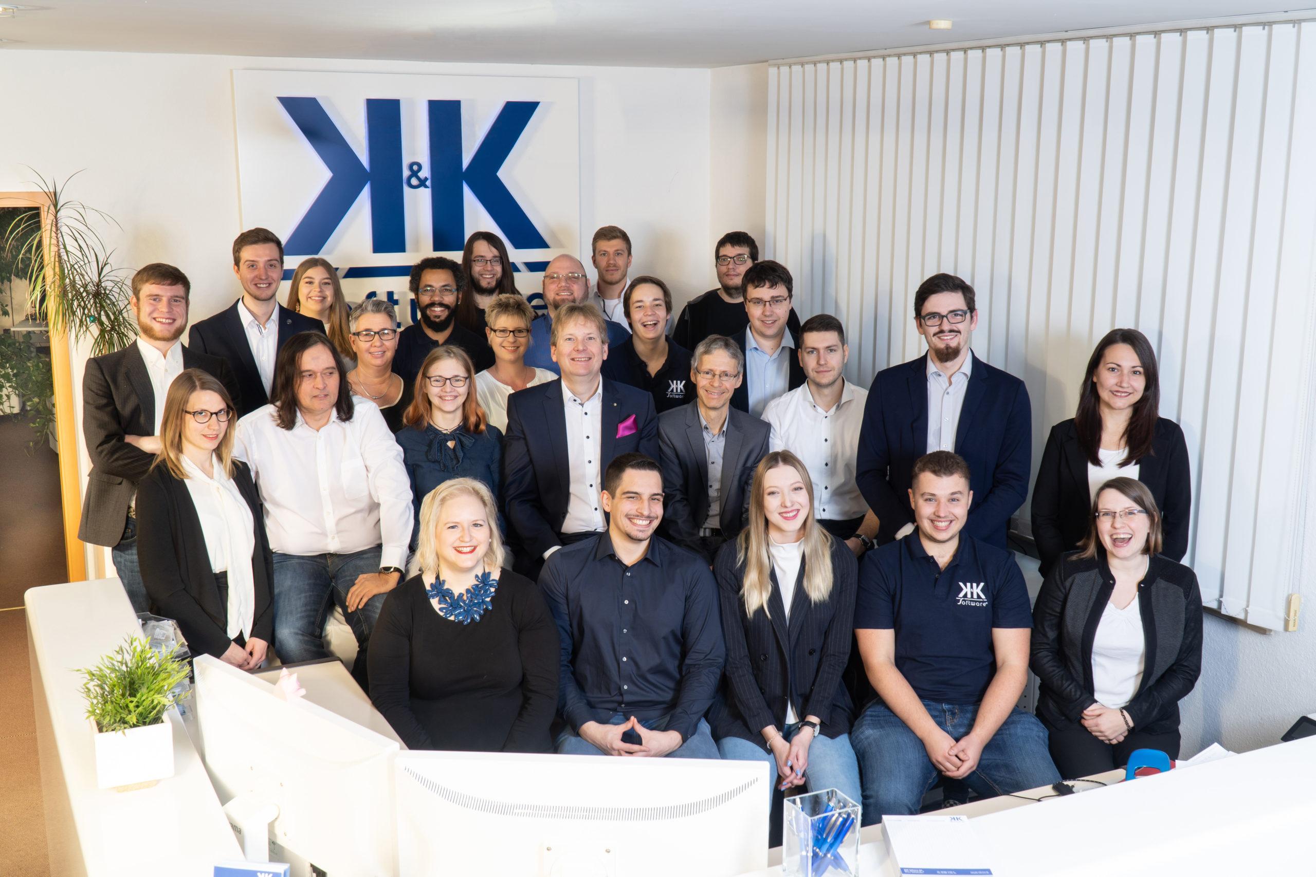 Das Foto zeigt die 27 Mitarbeiter der K&K Software AG.
